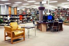 Gare d'ordinateur de bibliothèque d'école photo libre de droits