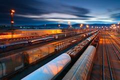 Gare de fret avec des trains photos stock