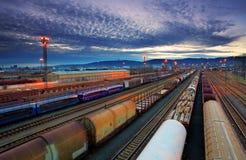 Gare de fret avec des trains photographie stock libre de droits