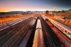 Gare de fret avec des trains - transport de cargaison Photographie stock