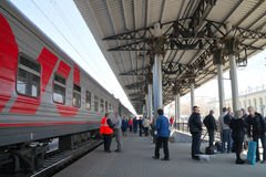 Gare de plate-forme, atterrissant sur le train Image stock