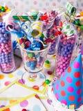 Gare de sucrerie de fête d'anniversaire avec des ventilateurs de réception   photos stock
