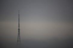 Gare de transmission en brouillard Photographie stock libre de droits