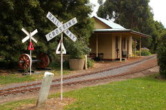 Gare ferroviaire abandonnée au chemin de fer miniature Photo libre de droits