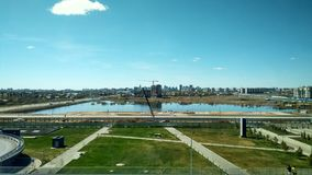Gare ferroviaire Astana Un petit lac long trottoir photographie stock