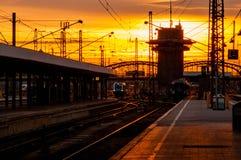 Gare ferroviaire avec le ciel de coucher du soleil Image libre de droits