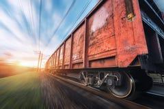 Gare ferroviaire avec les chariots et le train de cargaison dans le mouvement Photographie stock
