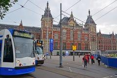 Gare ferroviaire d'Amsterdam Centraal avec des trams un jour nuageux Photo stock