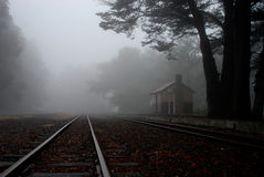 Gare ferroviaire dans le brouillard Photos libres de droits