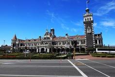 Gare ferroviaire de Dunedin avec le fond de ciel bleu Photographie stock libre de droits