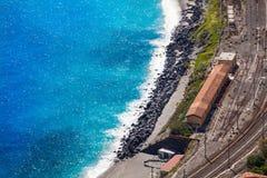 Gare ferroviaire de Giardini Naxos et la mer Méditerranée Silhouette d'homme se recroquevillant d'affaires Photos stock