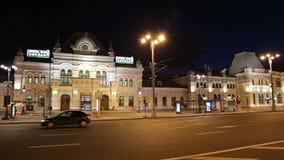 Gare ferroviaire de Rizhsky (Rizhsky vokzal, station de Riga) et trafic de nuit à Moscou, Russie banque de vidéos