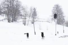 Gare ferroviaire en hiver, un feu de signalisation dans le village, Ukraine, l'Europe Photographie stock libre de droits
