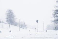 Gare ferroviaire en hiver, un feu de signalisation dans le village, Ukraine, l'Europe Photo libre de droits