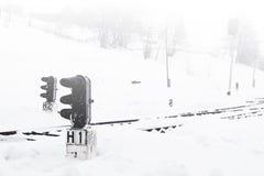 Gare ferroviaire en hiver, un feu de signalisation dans le village, Ukraine, l'Europe Image stock