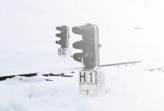 Gare ferroviaire en hiver, un feu de signalisation dans le village, Ukraine, l'Europe Photographie stock