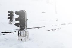 Gare ferroviaire en hiver, un feu de signalisation dans le village, Ukraine, l'Europe Images libres de droits