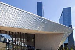 Gare ferroviaire et gratte-ciel à Rotterdam photographie stock libre de droits