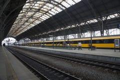 Gare ferroviaire principale à Prague Train jaune à l'arrière-plan photos libres de droits