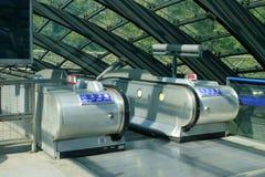 Gare jaune canari de quai d'escalator Images stock