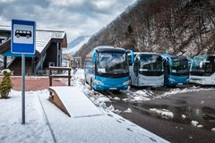 Gare routière près de la forêt de montagne à l'hiver photographie stock