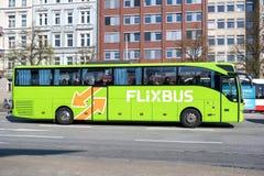 Gare routi?re centrale voisine de Hambourg d'autobus interurbain de Flixbus images stock