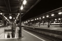 Gare ferroviaire la nuit Photo stock
