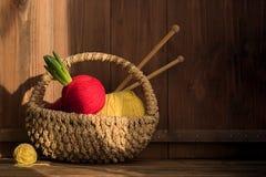 Garen met hyacint in mand met het kniting van stokken op oude houten achtergrond wijnoogst stock afbeelding