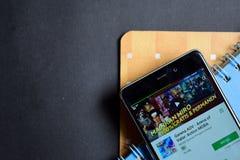 Garena AOV - arena av mod: Bärare app för handling MOBA på den Smartphone skärmen arkivfoto