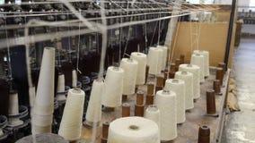 Garenkegels in een wollen molen in het UK stock videobeelden