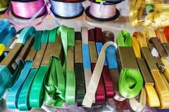 Garenopslag, Passemanterie Broodjes met kleurrijk lintenwit, gr. Stock Afbeeldingen