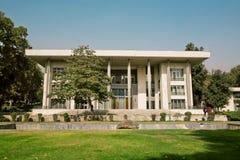 Garez la vue avec le bâtiment élégant du palais du ` s Niavaran de roi construit en 1968 et des arbres autour image stock