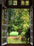 Garez la vue de paysage encadrée dans la fenêtre ouverte du manoir image libre de droits