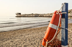 Gargano海滩与trabucco的在背景 免版税库存照片