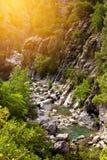 Garganta com o rio da montanha no parque natural Fotos de Stock