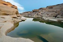 Garganta da rocha ao lado do rio do maekhong Fotografia de Stock Royalty Free