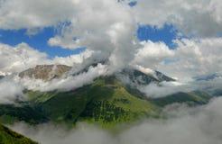 Garganta de Baksansky en nubes Fotos de archivo