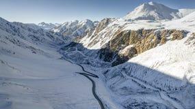 Garganta de Barskoon con nieve y el camino Fotos de archivo libres de regalías