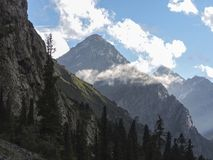 Garganta de Barskoon, hermosa vista de las montañas foto de archivo