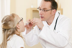 Garganta de exame do doutor do pediatra da menina Fotografia de Stock Royalty Free