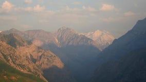 Garganta de la montaña en día brumoso metrajes