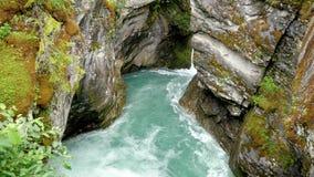 Garganta de pedra nas montanhas por que passa o rio puro de turquesa filme