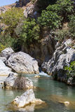 Garganta de Preveli donde hay palmeras y el río Fotos de archivo