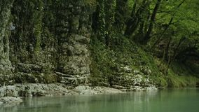Garganta de surpresa de Okatse com rochas enormes e o rio bonito, milagre natural video estoque