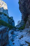 Garganta de Vikos en Grecia en otoño en la sombra, rocas Fotografía de archivo