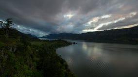 Garganta del río Columbia en Hood River O en la puesta del sol con las nubes tempestuosas almacen de video