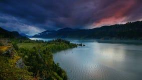 Garganta del río Columbia en Hood River Oregon en la puesta del sol con las nubes coloridas metrajes