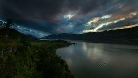 Garganta del río Columbia en Hood River Oregon en la puesta del sol con las nubes coloridas almacen de video
