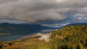 Garganta del río Columbia en Hood River Oregon Scenic View en la puesta del sol con las nubes tempestuosas rápidas y el lapso de  metrajes