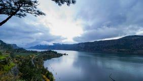 Garganta del río Columbia en Hood River Oregon Scenic View en la puesta del sol con las nubes tempestuosas rápidas y el lapso de  almacen de video